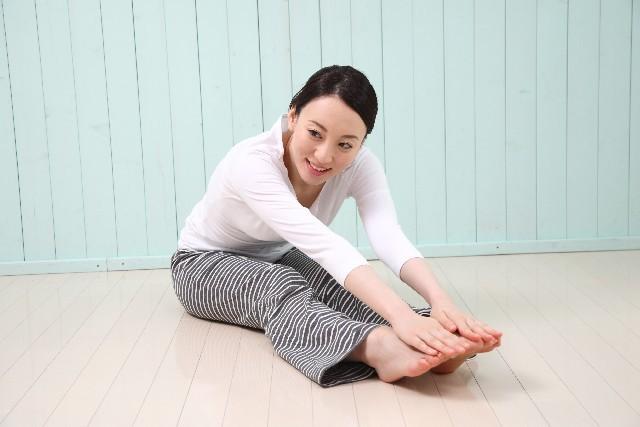 固い体はヨガで柔らかく!柔軟性も美容効果もゲットしよう【股関節・体側に効くポーズ】