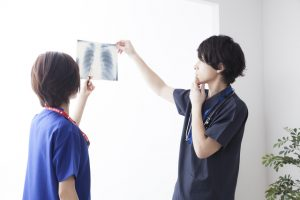 【呼吸器内科医が解説】検診で腫瘍の影。肺がんと診断されるまでの流れを解説