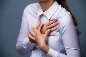 急な胸の痛み、症状に要注意、肋間神経痛とは?治療方法を解説